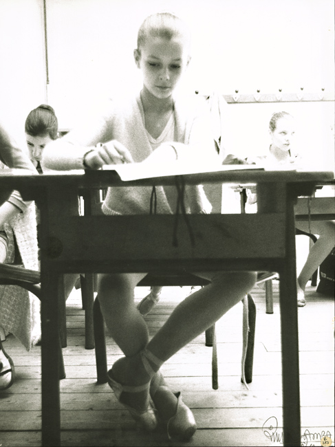 Ballerinas Studying